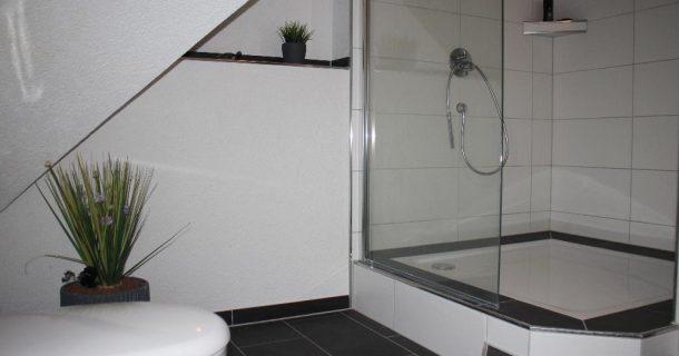 mit großer Dusche